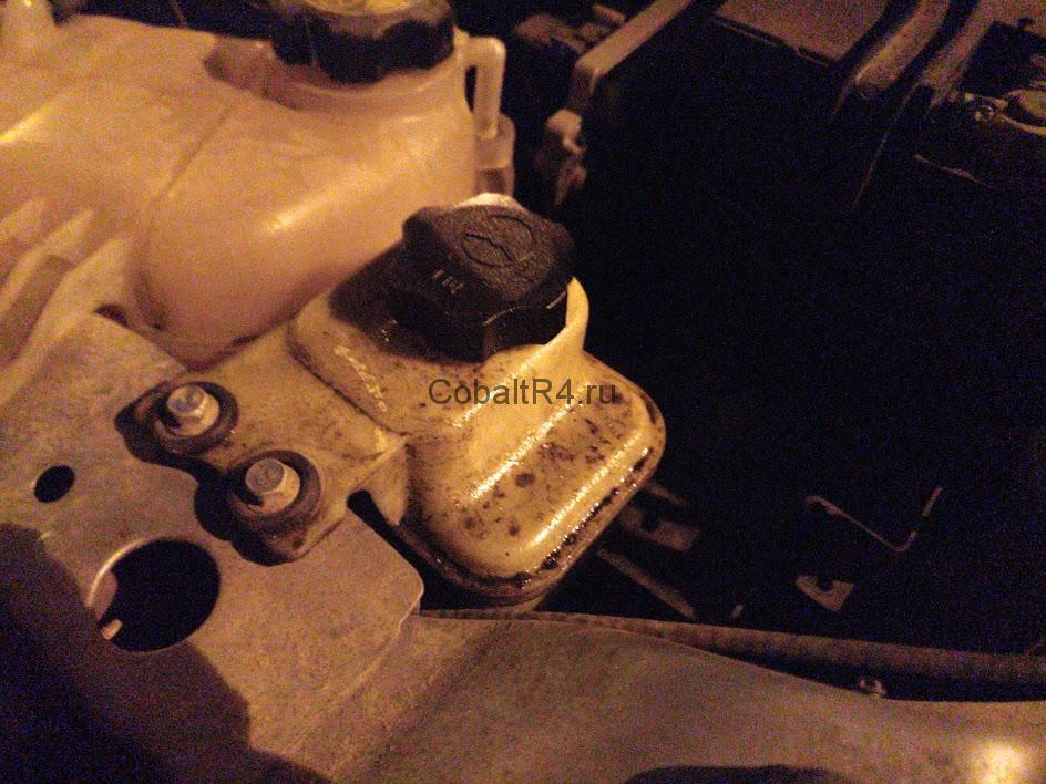 Запотевший бачок жидкости гидроусилителя руля Ravon R4 и Chevrolet Cobalt