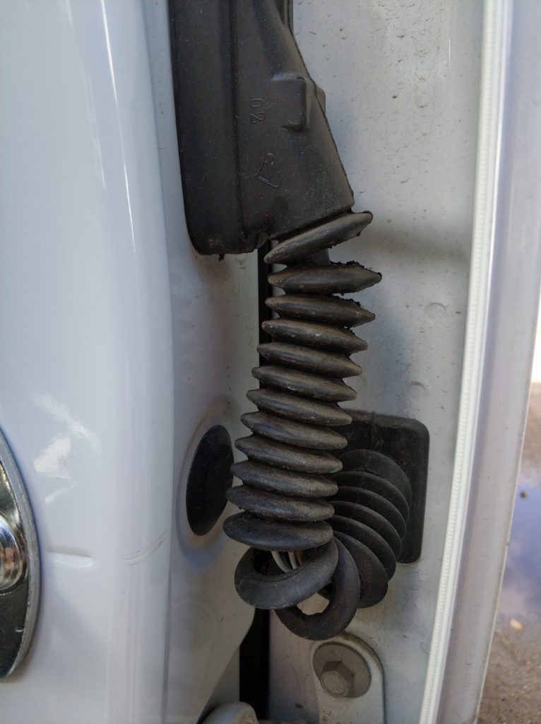 Порванная гофра двери Ravon R4